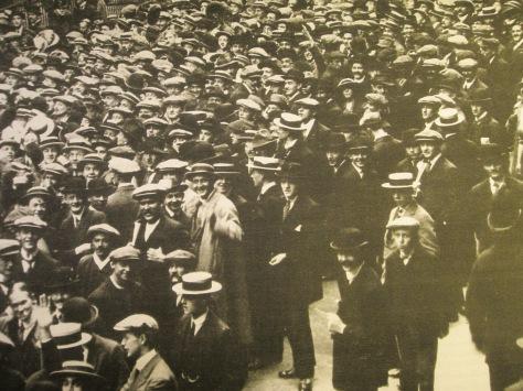 Volunteers to go to war 1914